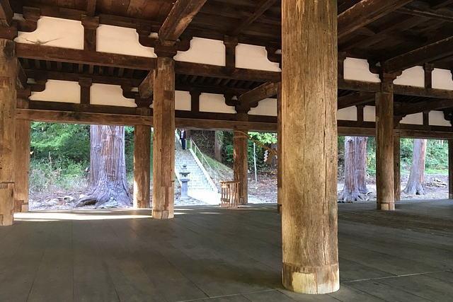 長床の奥に熊野三社への階段が