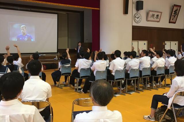 瞑想を実践する有名人を当てるクイズに参加する子供たち