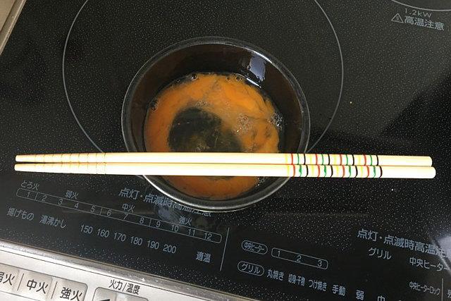 カルボナーラ用に溶き卵を用意します。